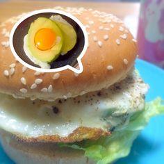 エッグベネディクトを食べ損ねたので なんか卵料理食べたかったのだ〜(≧∇≦)  2度目のアボカドエッグはしっかり焼けたので食べやすかったです。 - 53件のもぐもぐ - アボカドハムエッグチーズバーガー by morimi32