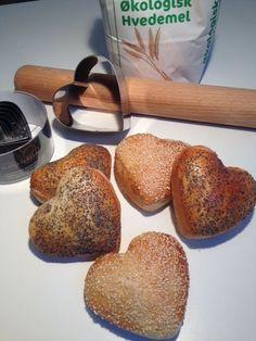 Hjerte rundstykker passer perfekt til morgenbordet til den eller dem du holder af. Det er nemme at lave.