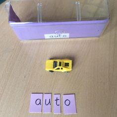 Laatikossa lelu tai muu pikkuesine, tarvittavat kirjaimet, oikea vastaus rasian pohjassa. Oppilas vie valitsemansa laatikon pulpetilleen, laittaa kirjaimet järjestykseen ja tarkastaa laatikon pohjasta menikö oikein. Eka setti on kaksitavuisia lyhyitä sanoja, toka setti pidempiä kaksitavuisia, kolmas tuplavokaaleja, neljäs kaksoiskonsonantteja, viides kolmitavuisia, kuudes yhdyssanoja. (Anne-Mari Anttila / Alakoulun aarreaitta)
