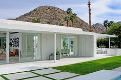 I want to make this as a Sims 3 house! The Eldorado Residence by Emily Summers Design Associates is part of Palm springs mid century modern - Palm Springs Houses, Palm Springs Style, Spring Architecture, Modern Architecture, Modern Exterior, Exterior Design, Palm Springs Mid Century Modern, Villas, Mid Century Exterior