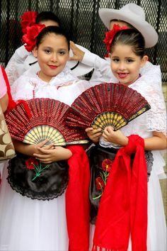 """Beatriz y mi hija Franca con el traje tipico de Veracruz, en la celebracion de """"Charro Days"""" que se celebra anualmente para hermanar la ciudad de Matamoros, Tamps con Brownsville, TX."""