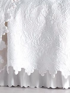 20 ideas for shabby chic quilts french country bed linens French Decor, French Country Decorating, White Bedding, Linen Bedding, Bedding Sets, White Coverlet, Cama Vintage, Linens And Lace, White Linens