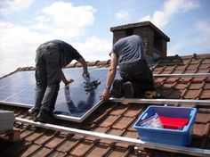 Want To Go Green? Think About Solar Power Among the most popular forms of alternative energy is solar. Solar power is growing both as residential as well as commercial energy sources. If you are tr… Solar Energy Facts, Advantages Of Solar Energy, Installation Solaire, Solar Panel Installation, Solar Panel Cost, Solar Panels For Home, Roofing Estimate, Co2 Neutral, Solar Companies