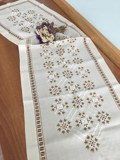 Gülay çakır Hardanger Embroidery, Hand Embroidery, Embroidery Designs, Easy Projects, Bargello, Blackwork, Table Runners, Hemline, Fabric Painting