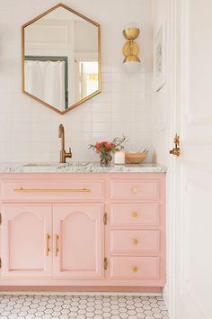 tendance salle de bain plan vasque marbre miroir géométrique poignées laiton