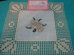 Toalha de mesa Crochet Bedspread, Crochet Doilies, Crochet Lace, Filet Crochet, Crochet Stitches, Crochet Squares, Xmas Decorations, Crochet Projects, Hand Embroidery