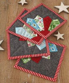 If you are not ready for more Christmas projects, then look away now! These are my dresden Christmas coasters, as seen in the Novembe. Christmas Mug Rugs, Christmas Coasters, Christmas Sewing, Christmas Projects, Mug Rug Patterns, Potholder Patterns, Quilt Patterns, Canvas Patterns, Sewing Machine Projects