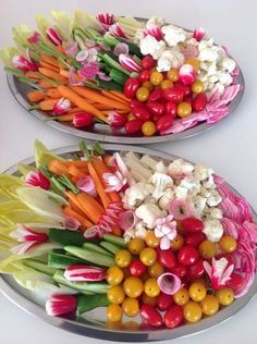Veggie platter for a chic aperitif and lots of sauces! - Veggie platter for a chic aperitif and lots of sauces! Veggie Platters, Veggie Tray, Tapas, Healthy Snacks, Healthy Recipes, Brunch Buffet, Snacks Für Party, Buffets, Food Presentation
