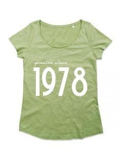 Camiseta mujer cuello redondo (azul, gris, rosa y verde) Genuine Since con AÑO…