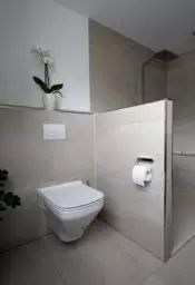 Dank der Trennwand verschwindet das WC aus dem Sichtbereich