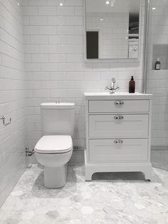 Badrumsinspiration: Hemma hos Andreas i Helsingborg - - Marble Bathroom, Small Bathroom Storage, Small Bathroom, Bathroom Inspiration, Restroom Design, Bathrooms Remodel, Dyi Bathroom Remodel, Bathroom Makeover, Bathroom Furniture