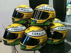 Miniaturas do capacete do piloto Luiz Razia da equipe Marussia na F1 e parceiro da Coralis, oferecido como brinde ao final do evento.