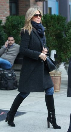 Jennifer Aniston street style with black coat and knee-high boots (November… Jennifer Aniston Style, Jennifer Aniston Photos, Jeniffer Aniston, Look Blazer, Casual Outfits, Fashion Outfits, Outfits 2016, Winter Stil, Mode Style