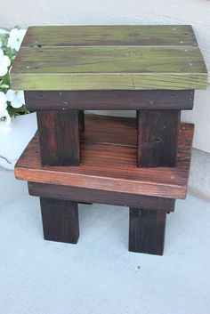 DIY footstool from reclaimed wood. site also has tutorials for pallet wood projects DIY footstool from reclaimed wood. site also has tutorials for pallet wood projects Diy Stool, Wood Stool, Step Stools, Bench Stool, Diy Bench, Scrap Wood Projects, Woodworking Projects, Diy Projects, Pallet Projects