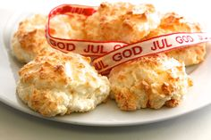 Norwegian coconut macaroons or kokosmakroner are an easy to prepare, easy to make popular Christmas cookie. Be sure to use unsweetened shredded coconut, so the cookies dont turn out too sweet. Cookie Recipes, Dessert Recipes, Desserts, Dessert Ideas, Viking Food, Denmark Food, Swedish Recipes, Norwegian Recipes, Heritage Recipe