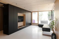 Built by Format Elf Architekten in Aubing, Germany with date Images by Cordula De Bloeme. Located in the urban outskirts of Munich, the detached single-family house B built in timber frame construction was c. Minimal Home, Minimalist Home Decor, Minimalist Living, Living Room Tv, Living Area, Living Spaces, Built In Furniture, House Roof, Wooden Decor