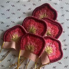 И эти сочные лепесточки тоже часть броши. Будет необычный цветочек! #процессвышивки #вышивкагладью #объемнаявышивка #объемнаягладь…