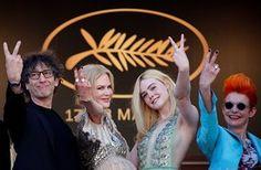 Kirjanik Neil Gaiman, näitlejate Nicole Kidman ja Elle Fanning ja kostüümikunstnik Sandy Powell, eks