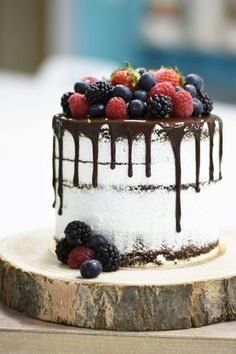 Tarta desnuda de chocolate con frutos del bosque Best Dessert Recipes, Vegan Desserts, Fun Desserts, Cake Recipes, Mini Cakes, Cupcake Cakes, Bolo Nacked, Tortas Light, Cake For Husband