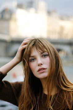ジェーンバーキンのヘアスタイルは、短めバングのセミディスタイル。 無造作感がキーワードなんです。 https://locari.jp/posts/12743