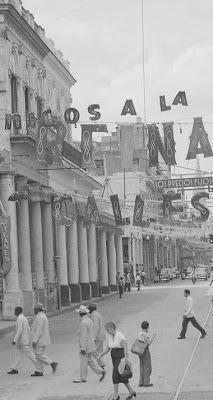 Tienda 'Los Precios Fijos' en la calle Reina en los 1950s. Notece como la gente andaba bien vestida en la calle.