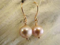 Ohrringe 16 Karat Rosengold vergoldet mit einer Süßwasserperle verziert. http://de.dawanda.com/product/48787134-PEARL16-k-Rosengold-Ohrringe-vergoldet-Perle