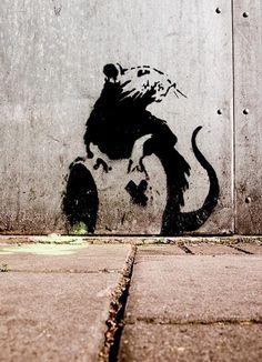 """Blek le Rat es un artista de graffiti parisino (Francia) que después de aprender la técnica de """"pochoir"""" (Plantilla) en la Escuela de Bellas Artes, influenciado por el stencil propagandístico de Mu..."""