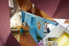 """Departamento - Casa   Por Kochi Architect's Studio """"Se trata de un proyecto de renovación de una vivienda unifamiliar, utilizando un típicoedificio de apartamentos de dos pisos."""" [Arquitectura Japonesa - Diseño Interior - Colores]"""