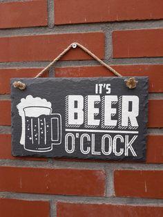 Leisteen tekstbord ' IT's BEER O'CLOCK '. Tijd om lekker van een biertje te genieten! Deze mooie tekst op leisteen is een 100% natuurproduct waardoor elk exemplaar uniek is. Het is zeker ook geschikt om buiten te gebruiken. De afmeting is 15 x 25 cm. Oclock, Nars, Om, Beer, Root Beer, Ale