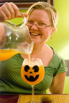 halloween-party-punch... love the jack o lantern face