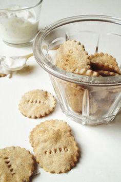 Questi crackers sono cugini della crosta leggera per ripieni di verdura: niente olio né burro, solo farina, acqua e ricotta (o caprino).La ricetta era nel famoso archivio-teiera di latta, arrotola…