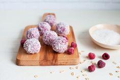 Raspberry breakfast balls with coconut Desserts Crus, Raw Desserts, Protein Bar Recipes, Snack Recipes, Dessert Recipes, Quick Snacks, Healthy Snacks, Raspberry Breakfast, Lunch Smoothie