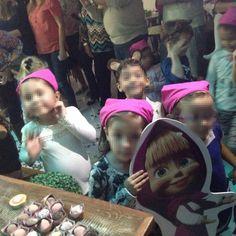 As lembrancinhas foram arquinhos do tema da festa: Bandana rosa da Masha e orelhas do Urso