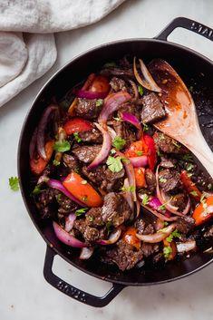 Stir Fry Recipes, Meat Recipes, Cooking Recipes, Healthy Recipes, Lomo Saltado, Peruvian Dishes, Peruvian Recipes, Peruvian Cuisine, Easy Beef Stir Fry