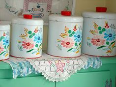 Cute retro canisters in pretty colors. Vintage Canister Sets, Vintage Kitchenware, Vintage Kitchen Decor, Vintage Tins, Vintage Dishes, Vintage Love, Vintage Decor, Retro Vintage, Vintage Floral