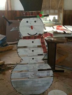 Pallet Snowman Pallet Projects Christmas, Christmas Signs, Christmas Snowman, Rustic Christmas, All Things Christmas, Christmas Time, Pallet Crafts, Wood Crafts, Snowman Crafts