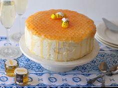 העוגה האולטימטיבית לראש השנה. עוגת דבש וקרם שוקולד עם קישוט בדוגמת כוורת עם דבש. Baking Recipes, Cake Recipes, Dessert Recipes, Desserts, Bee Cakes, Fondant Cakes, Bee Hive Cake, Honey Dessert, Honey Cake