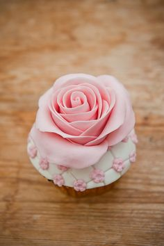 We create wedding cakes, celebration cakes and cupcakes that are adorned with the most realistic edible jewellery, sugar flowers, lace, pearls and gems. Elegant Cupcakes, Pretty Cupcakes, Beautiful Cupcakes, Flower Cupcakes, Gorgeous Cakes, Yummy Cupcakes, Rose Cupcake, Amazing Cupcakes, Mocha Cupcakes