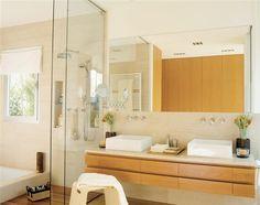 Bañera y ducha en paralelo para baños estrechos Bathroom Vanity, Bathroom Interior, Interior, House, Bathroom Mirror, Ikea, Love Home, Deco, Bathroom