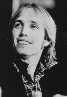 Tom Petty Cute - Tom Petty - Gallery - Mudcrutch Farm So young! Miss you, Tom. King Bee, Travel Music, My Tom, Rock Legends, Music Icon, Interesting Faces, Queen, My Favorite Music, Record Producer