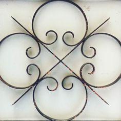 Flor amb textura en una porta #simetria #Barcelona