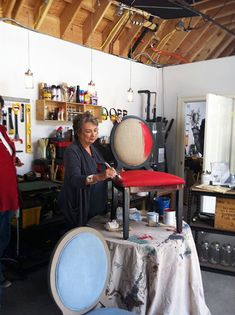 Annie Sloan demonstrating painting of fabric with her own Chalk Paint®