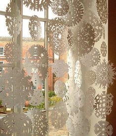 Holiday DIY: Snowflake Curtain made of paper snowflakes Noel Christmas, All Things Christmas, Winter Christmas, Christmas Windows, Elegant Christmas, Vintage Christmas, Christmas Snowflakes, Modern Christmas, Christmas Colors