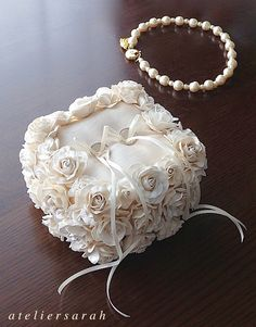 Cube-shaped ring pillow decorating roses