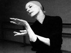 Alicia Alonso.  Prima Ballerina Absoluta del Ballet Nacional de Cuba, bailarina y coreógrafa cubana. Considerada como una leyenda y muy famosa por sus representaciones de Giselle y Carmen, además de otras grandes obras del repertorio clásico y romántico. Es sin dudas, la figura cimera del ballet en iberoamérica y uno de los grandes mitos de la danza en toda su historia.