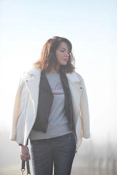 Look manteau blanc, blouson en cuir noir, sweat Isabel Marant, jean Garcia Jeans.