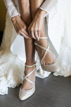 Boda Ana y Juan Carlos http://anaalbadalejo.blogs.elle.es/2015/11/13/el-dia-magico/ Zapatos de novia dorados tipo sandalia cerrada con tacón y tiras cruzadas