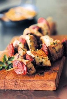 GRAND FRAIS vous propose cette recette Brochettes de lotte et chorizo pour 4 personnes. Bon appétit !