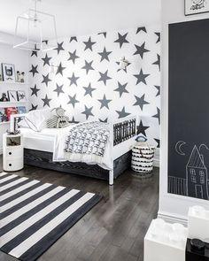 モノトーンでまとめたお部屋の中に、大きな星たちが壁面いっぱいに描かれています。ゴチャゴチャ感がなく、すっきりしたエネルギッシュなパワーが感じられるのは、モノトーンのバランスがちょうどいいからですね。