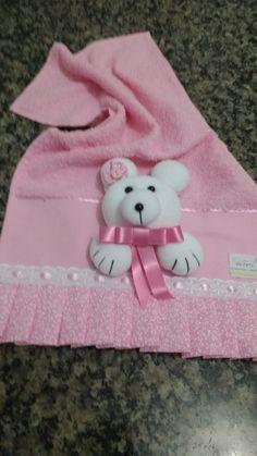 Toalhinha para bebê com aplicação de urso em 3D.  A escolha das cores da toalhinha e do urso fica a critério do comprador. O ursinho com velcro,sai pra lavar a toalhinha. Hanging Towels, Kids Bags, Machine Embroidery, Picnic Blanket, 3 D, Kids Fashion, Applique, Patches, Teddy Bear